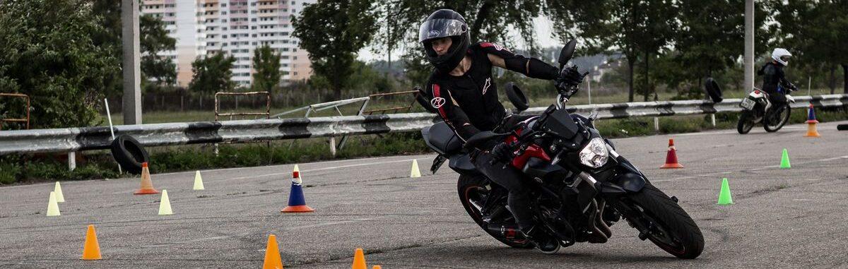 Вождение мотоцикла и вождение в Химках